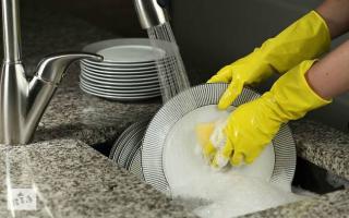 Вредно ли для организма мыть посуду в посудомоечной машине: чем опасны остатки моющего средства