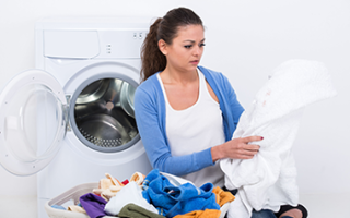 Стиральная машина пачкает белье серыми пятнами: причины, способы устранения