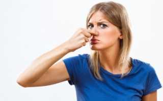 Как отстирать запах пота с одежды под мышками