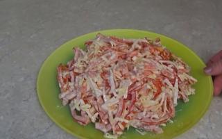 Салат с крабовыми палочками, помидорами, чесноком и сыром: пошаговый рецепт